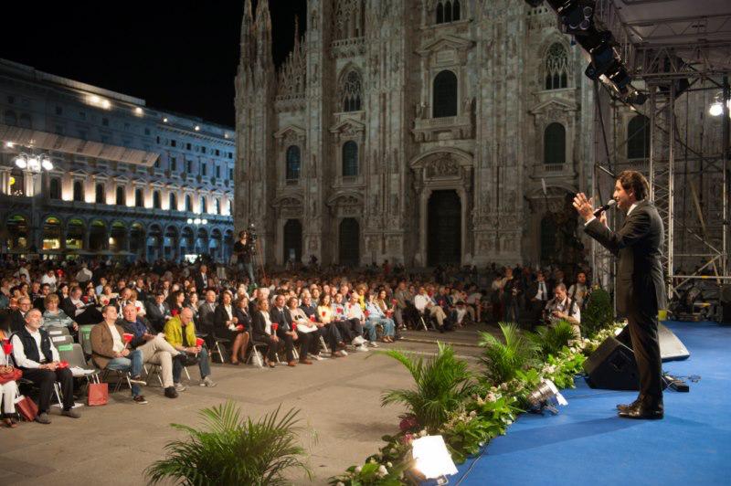 Il+presidente+Martinez+in+Piazza+del+Duomo+-+Dieci+Piazze+per+Dieci+Comandamenti